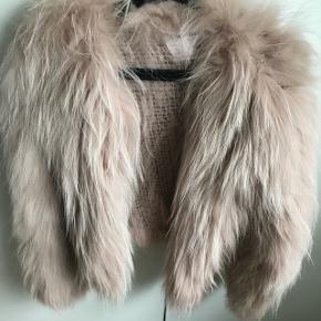 Den lækreste pels i vaskebjørn Svag rosa str xs/s / passer også en m😉 Nypris 4799,-  BYD  BYD Kun brugt 1 gang  Gratis fragt