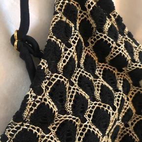 Beck Söndergaard Fan suit badedragt Kan evt også bruges som body / bodystocking   Den er aldrig brugt, pga forkert størrelse Fik dog klippet mærket for hurtigt af.  Den er sort med guld og sorte blonder.