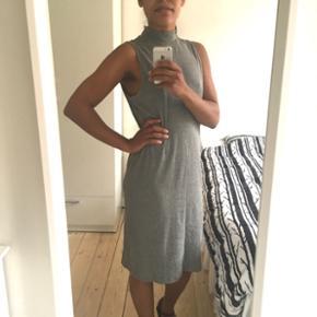 Grå, højhalset kjole fra H&M Basic, str. L. Slids bag på. 103cm lang.
