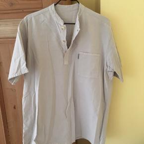 Skjorte købt på marked i Frankrig, passer S/M. Aldrig brugt