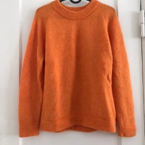 Sælger denne orange trøje/sweater med uld og alpaka til 180kr eksl. fragt.  Købt for 400kr. Brugt 1-2 gange, i god stand!  BYD gerne! :)