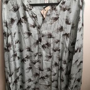 Brystvidden 104cm  Dejlig skjortebluse fra Soyaconcept i Mint/blå nuancer 🌸 Blusen har aldrig været brugt🌸 100% viscose