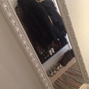 Fint spejl med ramme. Spejlets ramme måler ca 133X55