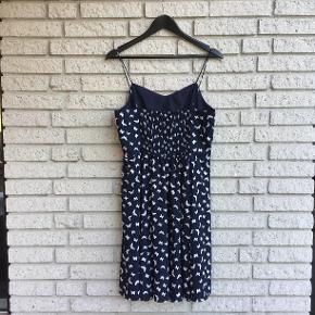 Sommerkjole i let kvalitet, med elastisk stykke i ryggen