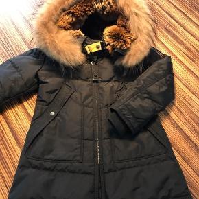 """Sødeste mini Parajumpers jakke til pige. Lidt stor i størrelsen, vil sige ml 104 og 110 Er i virkelig fin stand,- Ser ud som ny, da den kun været brugt til """"pænt""""  Ikke ryger hjem."""
