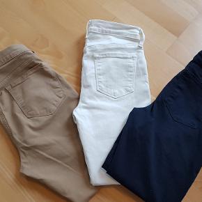 Beige lækre skinny bløde coated Jeans, str 28 - foran snydelommer. Livvidde 81 cm  indv benlængde 66 cm. Brugt få gange 375 kr.  Marineblå lækre skinny bløde coated jeans, str 26, meget elastiske, skjult lynlås ved ankler, stiklommer foran er snydelommer aldrig kommet i brug :-( livvide 75-76 indvendig benlængde 67 cm  De hvide er også meget elastiske, brugt få gange, str 25 - liv ca 74-75 samme benlængde og lommer, synlig lynlås ved ankler.. Begge købt på udsalg til 1/2 pris af 2199 kr stk.  Frit valg 475 kr. stk for de hvide og de blå  Kan se de dig flere fotos af de enkelte Jeans. Men er du kender af mærket, så ved du hvad du får :-)