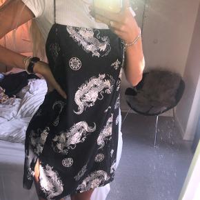 Fin kjole fra Motelrocks, har valgt at sætte den sammen med en hvid t-shirt men kan sagtens bruges uden noget under også🤍