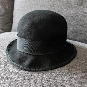 Flot bowlerhat med sløjfebånd. Størrelse L/58 100 % bomuld