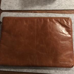 """DBRAMANTE SKAGEN 15"""" MAC SLEEVE TAN Skagen læder taske til MacBook 15"""" fra Dbramante1928  Nypris hos power 599kr ellers byd"""