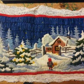 Broderi i uld tråd og fladsting . Måler ca 39 x 25 cm ( selve broderi ) Med kant ca 49 x 33 cm. Vinter / jule romantik .  Dekoration stykke - Broderi med vinter / jule motiv Farve: Multi