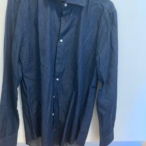 Tommy Hilfiger skjorte i mørk denim-blå. Super lækker i kvaliteten.