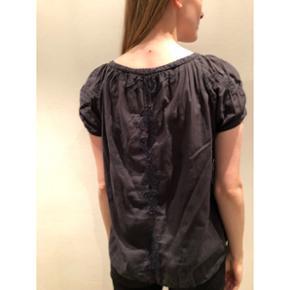 Odd Molly T shirt  Støvet sort bluse med fint blondebroderi både foran og bagpå. Str 3, hvilket svarer til en L.  Jeg er selv S/M - og det er mig det bærer tøjet på billedet.  Nypris: 695 kr.