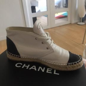 Så fine Chanel espadrillos. De er købt herinde og kvittering, æske og dustbags haves. De er desværre lige en anelse for små til mig så derfor sælges de. Min MP er 1500. Byd endelig.