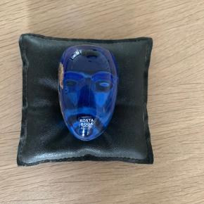 Brains glashoved skulptur i blå/sølv fra Kosta Boda designet af Bertil Vallien. Glashovedet er håndmalet og mundblæst i Småland Sverige  Str 7.5 x 4.5 cm   Nypris 886 kr  kom med bud :)