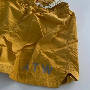 Newline Halo nylon shorts i den populære gule farve, str. M - kun brugt et par gange, ingen tegn på brug. Tags følger med, nyprisen var 500,-  Se også mine mange andre annoncer med næsten nyt HALO træningstøj!