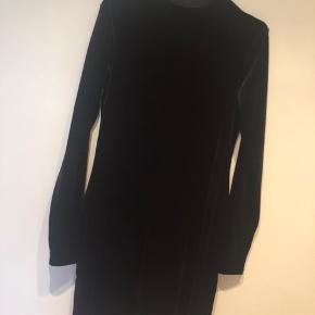 Brugt 2 gange. Velour kjole med høj krave. Medium. Er selv xs. Men synes den er flottest lidt oversize.