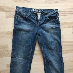 Varetype: Herre jeans / denim / boyfriend jeans / Style: Darwin Størrelse: 32/34 Farve: Blå  Herre model, der også fint kan bruges som boyfriend jeans.  Brugt men i fin stand.  100% bomuld (ingen stræk) Knaplukning  Livvidde: 2x41,5 cm Indvendig benlængde: 84 cm Lårvidde øverst: 2x28 cm Fodvidde: 2x19 cm Skridthøjde for: 25 cm Skridthøjde bag: 37 cm  Mp: 150PP