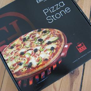 Tilbehør til gril eller ovn fra Emile Henry. Helt ny sort pizza stone størrelse 30 cm i original emballage. Er helt ny, kan bruges som gave