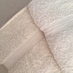 2 super skønne, super bløde økologiske 65% Bambus / 35% Cotton håndklæder.  Et håndklæde er smuk lys creme, og det andet er varm off white.  Forklaring på billede 8  Aldrig brugt  Mål: 65 x 130 cm  Sælges samlet 145,-