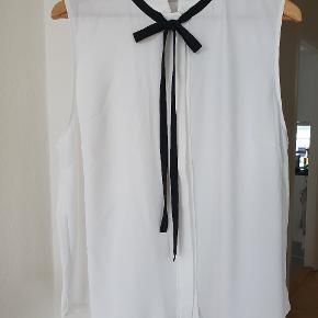 Sælger denne skønne sommer bluse/skjorte. H&M str. 46 Aldrig brugt. Nypris 200kr. Sælges for 100kr. Afhentes i Nørresundby eller sendes med DAO  #sundaysellout