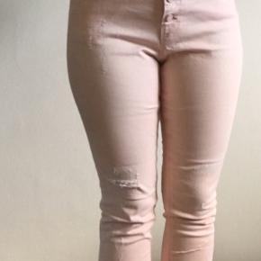 Søde lyserøde/ laksefarvede jeans / bukser med slidte detaljer på benene og mange knapper. Ikke brugt særligt meget, da de er købt for store. Jeg har dog klippet et af mærkerne ud. De er str 29/32, men dén størrelse kan man ikke angive på Trendsales åbenbart.