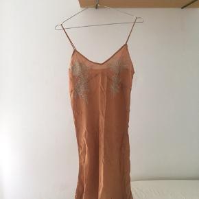 Smuk kjole fra Rabens Saloner i rust farve. Passer str XS/S. Let gennemsigtigt materiale. Har været brugt nogle gange, men ingen tegn på slid.
