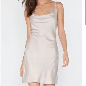 Rigtig flot og elegant mini-dress fra Nastygal i polyester 😍👏🏻  Str 36 Kun brugt til nytårsaften 🌸  #30dayssellout