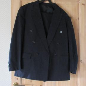 Tidsløst jakkesæt fra Baumler i en meget mørk mørkeblå med en indvævet og rød stribe, som er meget diskret .  Str 52.  Trænger til at blive renset.  Prisen er ex. porto  Se også mine over 100 andre annoncer med bla. dame-herre-børne og fodtøj.