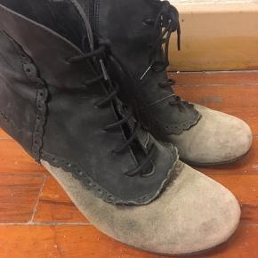 BYD - de er billige da hælen der skal sættes nye såler på som medfølger. Ruskindsstøvle i sort og grå. Fra Dekode, Portugal.  Hælene skal fikses(flere billeder kommer asap)  - nye følger med. De skal sættes på og limes🖤 se billede 2
