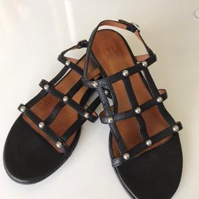 Sælger et par sandaler fra mærket Billi bi, de fremstår som nye og kun brug et par gange.  Kom endelig med bud :)
