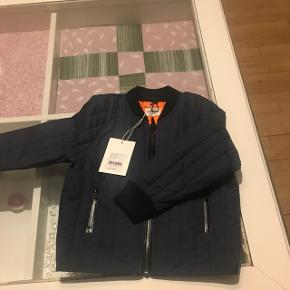 Sælger den smukke jakke som er helt ny og er virkelig flot til drenge på 2 år