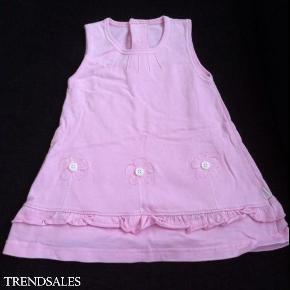 Varetype: Sød kjole til den lille pigeStørrelse: 68/74 Farve: Lyserød  Meget sød kjole fra joha - aldrig brugt da min datter fik så meget tøj, at hun simpelthen ikke nået at bruge det hele..  Små søde detaljer med blomster og lille flæsekant.  Kom med et bud!  Se også mine andre annoncer!