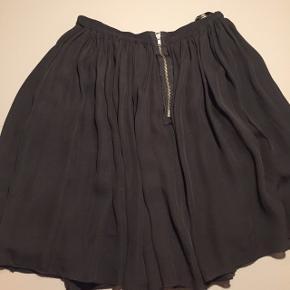 Fin nederdel i 100% silke, men er lidt slidt, nederdelen er i to lag, så den er ikke gennemsigtig