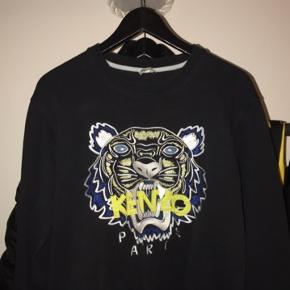 Jeg sælger denne Kenzo sweatshirt. Den er i god stand. Befinder sig nær Slagelse, men kan også sendes. Kan også kontaktes på 42402208.