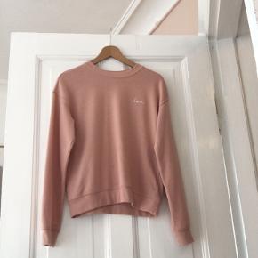 Det er både en lidt fersken farvet trøje, men også en lidt lyserød trøje.