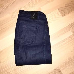 2nd Day mørkeblå jeans med stræk / stretch i størrelse 25 / 33. Let glans i stoffet. Næsten som nye :)  Jeg har også mange andre jeans fra Day i nogenlunde samme størrelse til salg :)  Se også mine mange andre annoncer med lækre mærkevarer, vintage og andre fine ting til gode priser. Der er ekstra gode priser, hvis du køber flere af mine varer :)  Varen er i Blovstrød på Nordsjælland.