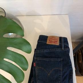 Sælger disse fine bukser fra levi's  Kun brugt meget få gange Str 26 (svarer ca. til en small)