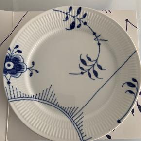 Brugt enkelte gange. Æske medfølger. Sælger 3 tallerkner med samme mønster (nummer 2). Prisen er pr. stk. 27 cm.