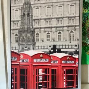 Sælger dette London billede, med de ikroniske røde telefonbokse. Billedet har hængt på væggen i nogle år, og fejler ikke rigtig noget. Den har måske en lille skade på det ene hjørne, men ikke noget man ser når den hænger.  Måler 77 x 57  Kan afhentes i Hobro. Bytter ikke.