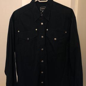 Hej sælger denne Versace skjorte  Brugt meget få gange  700,-  Skriv her eller på 21642134
