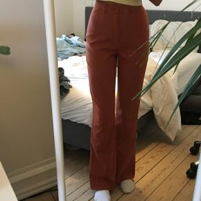Orange bukser. Fra Bik bok. Str. Xs. Lidt trompet/flare i bunden.