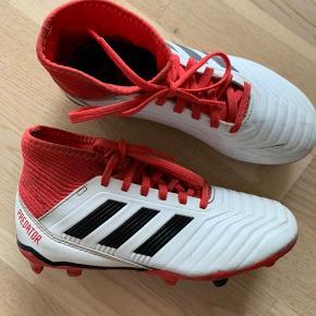 Adidas predator - brugt meget få gange, da de hurtigt blev for små  Sidder perfekt på foden  Str 33 - sål måler 20,9 cm   Kan hentes i fredericia eller sendes med posten