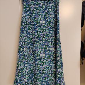 Sælger denne lange blomstrede slå-om nederdel fra 2ND ONE, da den desværre er lidt for stor til mig. Aldrig brugt, kun prøvet lidt på hjemme.   Læs mere her: https://husetno10.dk/shop/2nd-one-fey-27111p.html