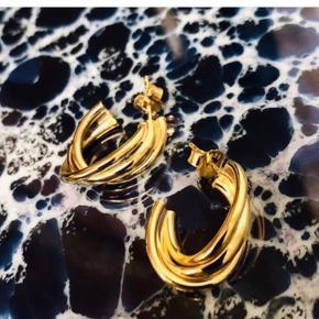 Swirl Hoops large i 18 karat forgyldt Sterling sølv fra Plateaux Jewellery. Virkelig smukke øreringe med 3 buer. I æske. Ny og ubrugt, ikke prøvet. Np 475,-   365,- + fragt kr. 37,- med Dao.  Bytter ikke.