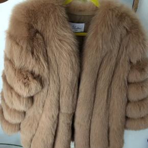 Nellie's London pelsjakke i Camel, str. XXL, men jeg er selv en str. s/xs og den er bestemt ikke stor i størrelsen. Aldrig brugt. Sælges da pels ikke klæder mig og det fandt jeg først ud af da jeg fik den prøvet på (jep, dumt..)  Men den er super flot og vil klæde enhver der kan bære pels.  Deres hjemmeside:  https://nellies.london/products/the-nanci-coat   SE MINE ANDRE ANNONCER: Pelsjakke, Parajumpers jakke, Neu Apparel sportssæt, Gymshark leggings, Saboskirt sommersæt, Pretty Little Thing Joggingsæt, Levi's shorts osv..