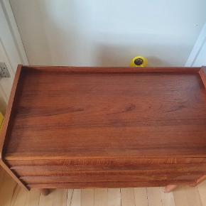 Fin lille teaktræ kommode / entré møbel / natbord sælges . Møblet er generelt i god stand , dog vil det have godt af en let slibning og en smule olie. Der er et par mærker på den ene side, men ellers rigtig fint syntes jeg selv.  Måler : 60 cm i længden 30 cm dyb 49 cm høj