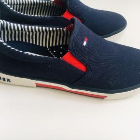 Helt nye ubrugte Tommy Hilfiger canvas sko til dreng eller pige. Perfekt til efterårsdage. Købt i forkert str og sælges derfor stadig med pris mærke. Køb nu pris 375,-