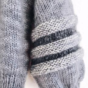Hjemmestrikket bluse efter design af Uhlala knitwear (tidligere Dina The Knitting Mom). Str. S, løst fit.   Søg eventuelt efter #hoopsweater på Instagram.   Ærmet er selvfølgelig strikket færdigt, siden billedet er taget.  Strikket i blød, håndfarvet merinould og silk mohair.   Brugt få gange.