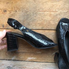 ASOS HOLLIE slingback sandaler med hæl krokodille-look. Aldrig brugt. Størrelse 36. Skal det være dine? BYD!   Køber betaler fragt. Ellers kan de afhentes ved nørrrebrohallen.
