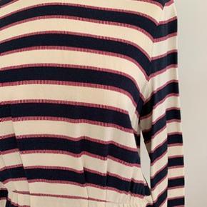 Flot Samsøe&Samsøe bluse med lange ærmer og lille skød str. L. Blusen ser ud som næsten ny. Materiale 100% viskose. Længde 60 cm. Brystomkreds 102 cm. Fra ikke ryger hjem.